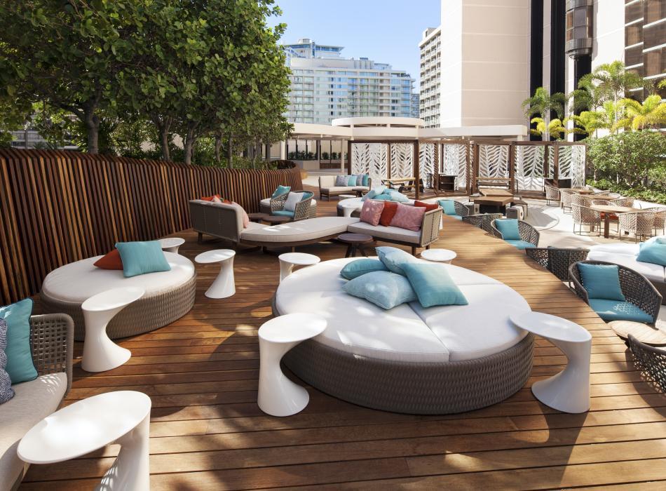 Hinana Bar and poolside lounge - Poolside lounge and bar